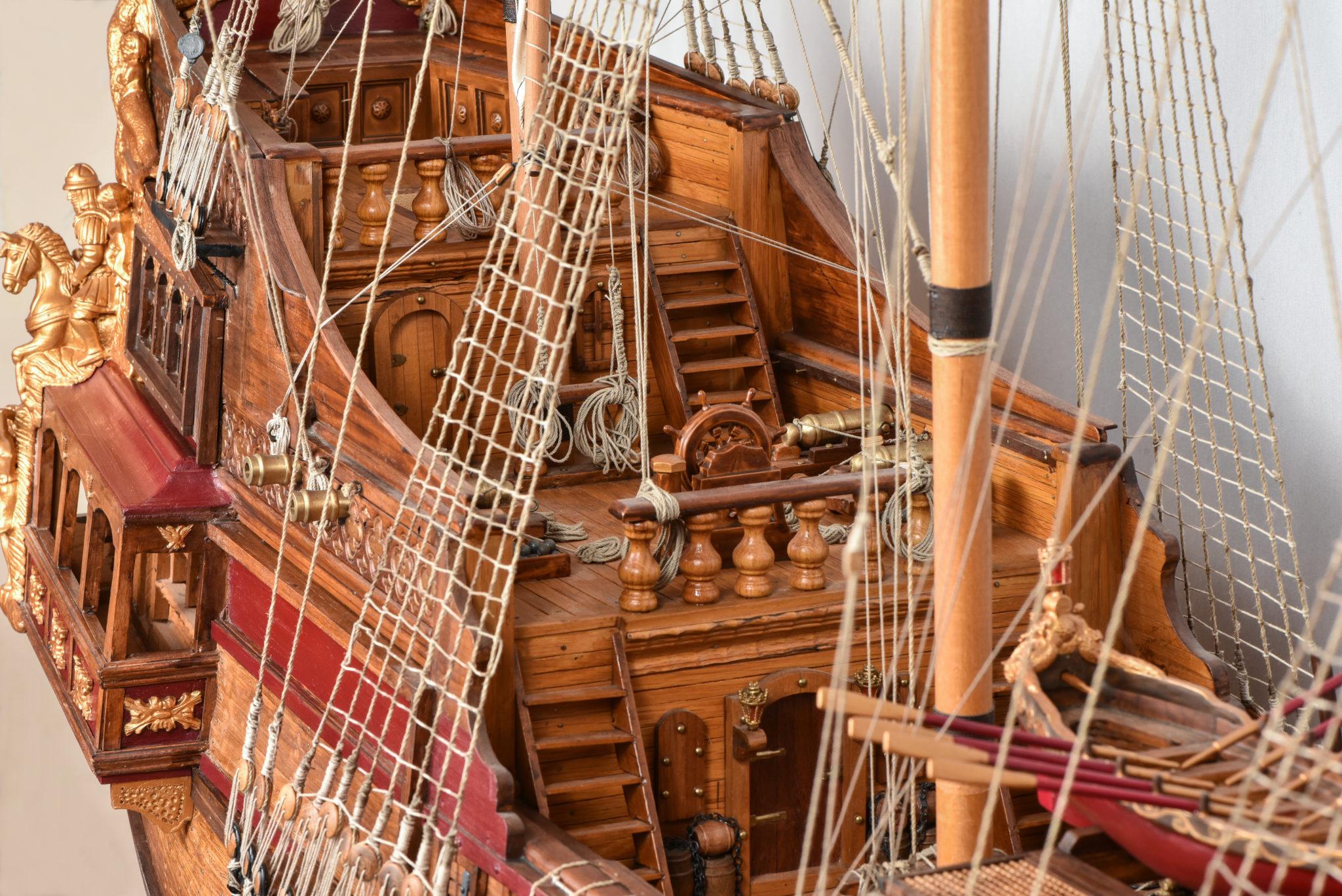 Το κατάστρωμα πλοήγησης του πλοίου με το τιμόνι (πηδάλιο)  και το επίστεγο που αποτελεί το «άβατο» του Κυβερνήτη του πλοίου. Πίσω του διακρίνετε η είσοδος της  καμπίνας  του κυβερνήτη, ενώ κάτω από αυτήν βρίσκετε ο χώρος διαμονής και εστίασης των αξιωματικών και των  « υψηλών » επιβατών.