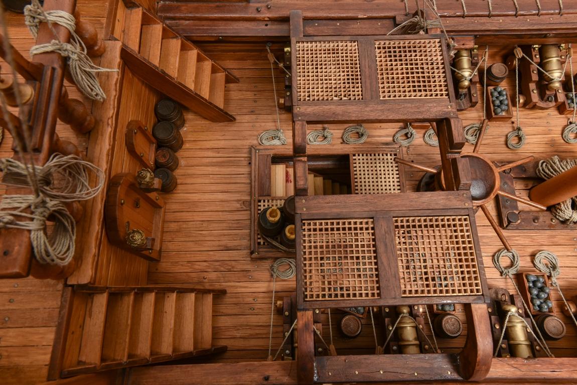 Το κατάστρωμα του πλοίου όπου διακρίνονται τα αμυντικά κανόνια του, μιας και πρόκειται για εξοπλισμένο εμπορικό, η σχάρα πάνω στην οποία τοποθετούνται οι λέμβοι του, ο εργάτης της άγκυρας , οι σκάλες που οδηγούν στο πρόστεγο  και στο πρώτο αμπάρι του πλοίου.