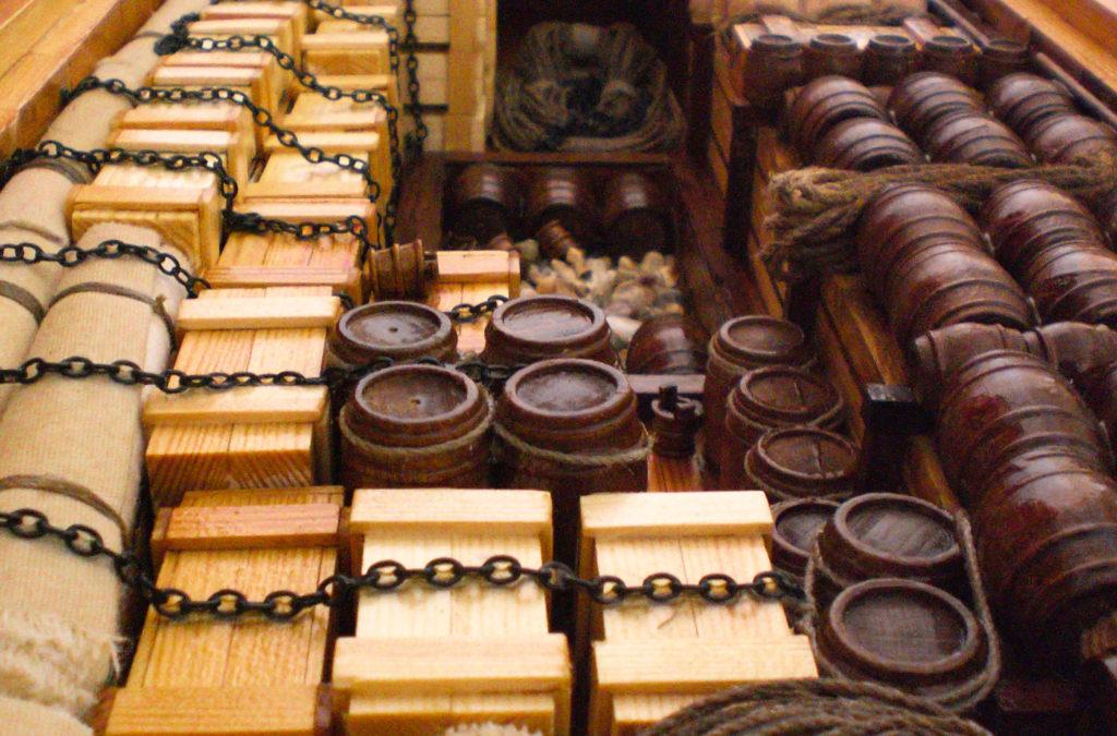 Το δεύτερο αμπάρι του πλοίου, κατάφορτο με ξύλινα κιβώτια και βαρέλια που μεταφέρουν εμπορεύματα.