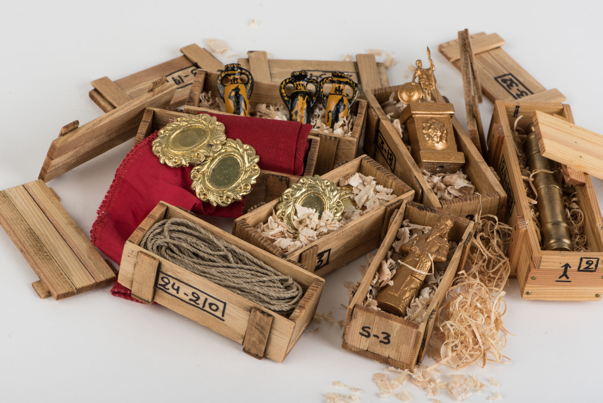 Μερικά ανοιχτά κιβώτια με  εμπορεύματα, πιστοποιούν την έννοια της μικροναυπηγικής και στην παραμικρή λεπτομέρεια.