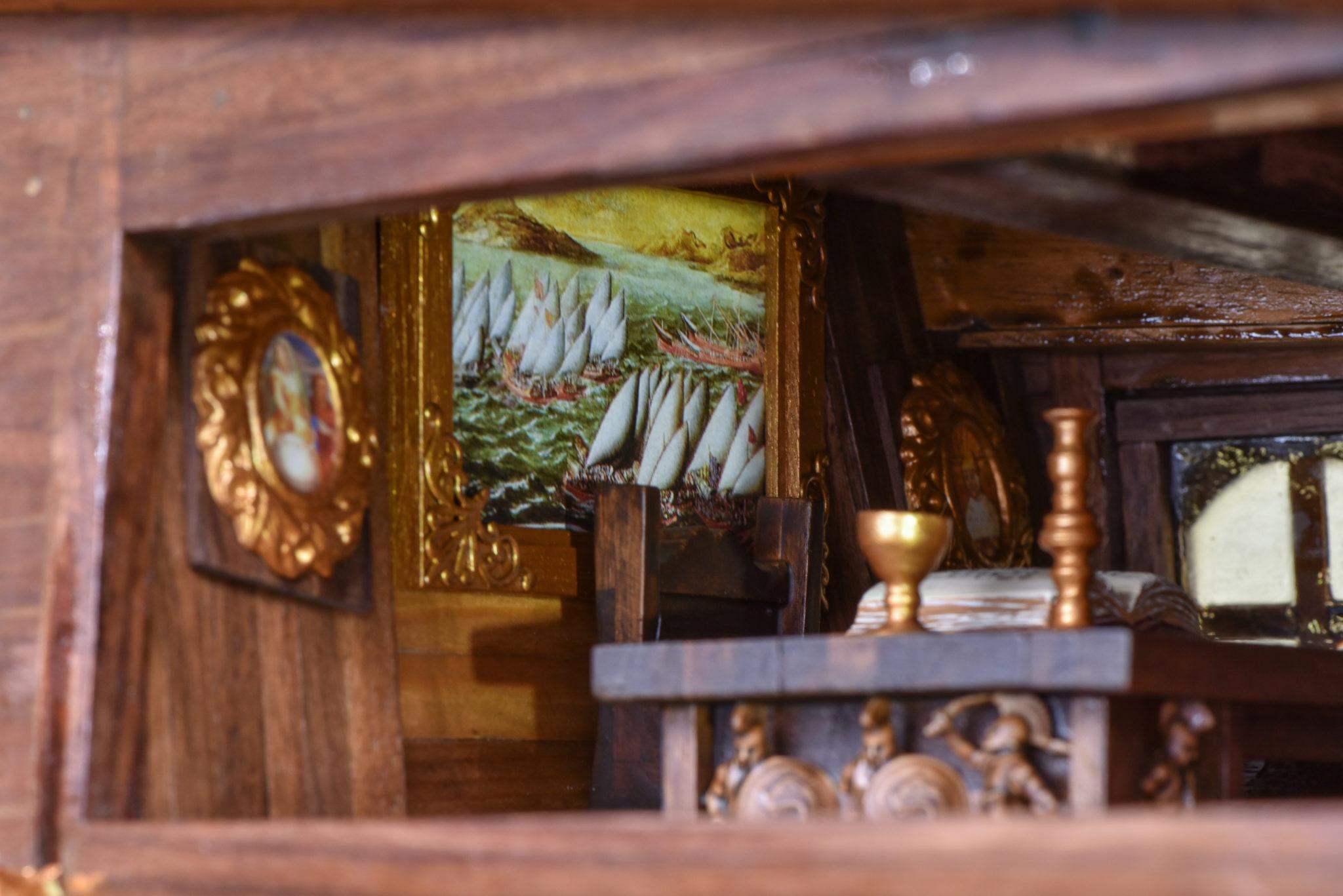 To ξυλόγλυπτο γραφείο του Κυβερνήτη με το ημερολόγιο του πλοίου, η πολυθρόνα του και πίνακες που κοσμούν το γραφείο.